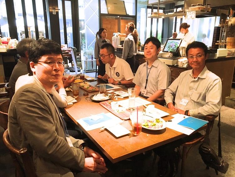 川合 宏之さん(写真一番左)